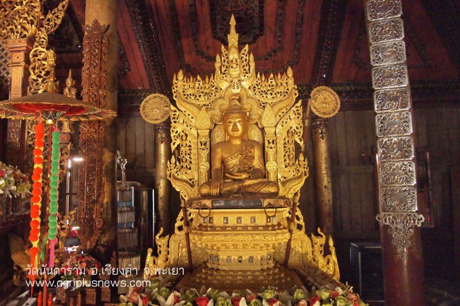 องค์พระประธาน ซึ่งเป็นพระพุทธรูปปางมารวิชัย แกะสลักจากไม้สักทอง ลงรักปิดทอง ทรงเครื่องแบบไทยใหญ่ ประดิษฐานบนฐานไม้ที่ฉลุลวดลายอย่างสวยงาม